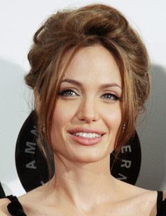 Angelina Jolie 39 yaşında ama bu saç modeli 47 yaşında!