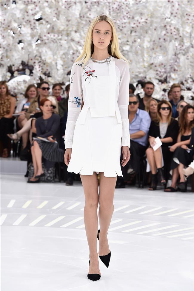 Paraşüt kumaşları işlemelerle ve çiçek desenleriyle hareketlendiren Raf Simons, şahşahalı 18. yy elbiselerine sıradışı bir boyut getiriyor.