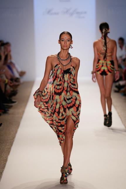 Mara Hoffman'ın 2014 yazı için hazırladığı mayo-bikini koleksiyonu, Miami Moda Haftası çerçevesinde düzenlenen özel bir defile ile sunuldu. İşte podyumun en renkli defilesi...