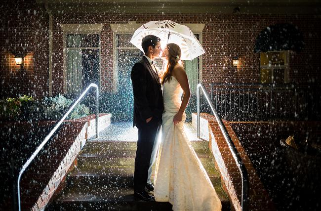 Şansınıza düğün gününüzde yağmur yağdı. Endişelenmeyin eğlence yağmurda saklı. Şemsiye altındaki yağmurlu bir öpücükle romantizmin tam ortasındasınız. Bunu sonsuz kılmak düğün fotoğrafçısının işi. O halde hazırlayın kendinizi...