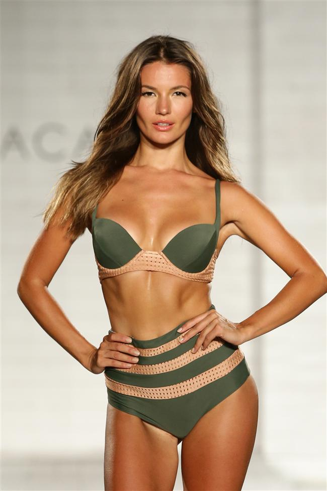 Lolli/Acacia 2015 bikini ve mayo koleksiyonu 20 Temmuz'da Miami Beach, Florida'da sergilendi.