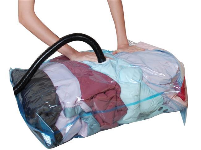 Giysilerinizi Vakumlayın  Uzun seyahatlere çıkacaksanız giysilerinizi katlayıp züccaciyecilerden satın alabileceğiniz vakum torbalarına yerleştirip ağzını sıkıca kapadıktan sonra elektrikli süpürgeyle poşetin içindeki havayı çekin. Ne kadar yer kazandığınıza inanamayacaksınız.