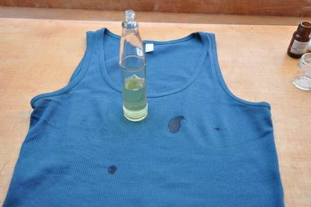 Lekeli T-shirtlere Son!  Bavulda basınç farkından patlayan, ya da akan, sızan ürünleri önlemek için kapaklarını açıp kapakla sıvı arasına streç film geçirip kapağı tekrar kapatın.