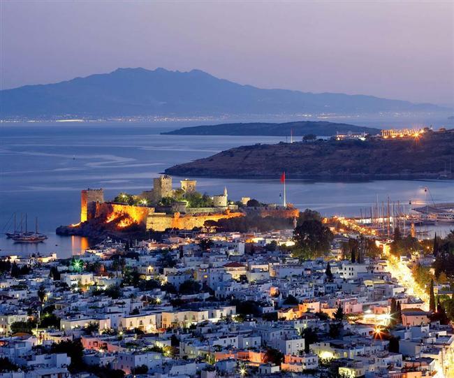 Ege ve Akdeniz ikliminin özelliklerini birarada barındırır, sıcağı bunaltmaz.
