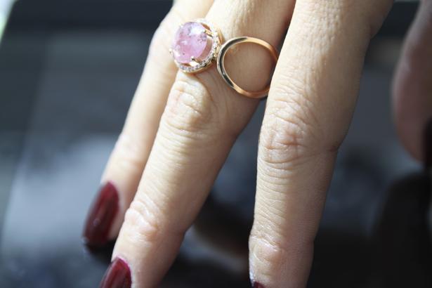 """Mücevherin sihirli adresi…  Mago Jewelry mücevher tasarımına yepyeni bir boyut kazandırıyor.  Mago Jewelry, koleksiyonunda kullandığı en iyi kalite pırlantalar, değerli ve yarı değerli taşlar ile altının eşsiz uyumu sayesinde kadınların vazgeçilmezi olmaya aday.  Adını İtalyanca """"sihir"""" ve """"sihirbaz"""" kelimelerinden alan Mago Jewelry, koleksiyonunda yer alan dikkat çekici mücevherlerinin yanı sıra kişiye özel olarak da tasarlayabildiği takılar ile kadınların hayatını renklendiriyor.  Mago Jewelry ile kadınlar üzerlerinde adeta bir sanat eseri taşıyor… Tasarımın giderek önem kazandığı günümüzde Mago Jewelry mücevhere kattığı eşsiz bakış açısı ile fark yaratıyor. Altın ve pırlantanın birbirlerine uyumundan faydalanan Mago Jewelry'nin koleksiyonunda kadınların takmaktan bıkmayacakları yüzükler, kolye ve bilezikler mevcut.  Kadının geleceğine en şık yatırımı Mago Jewelry'nin müthiş mücevher tasarımlarında gizli…   Geçmişe, gelecek için mücevher satın alınan günlere saygı duruşunda bulunan Mago Jewelry'nin ürünleri nesiller boyu kullanılabilecek nitelikte. En şık tasarım seçenekleri, değerli ve yarı değerli taşlar, kaliteli pırlantalar, altın ile harmanlanıp günümüze taşınıyor.  Kadınların en yakın arkadaşı…  Mücevherde kişiye özel tasarım şansı da sunan Mago Jewelry ile dileyen sevdiğinin yüzünü, ona özel hazırlanan bir takı ile güldürmenin ayrıcalığını yaşayacak. Farklı karakterlerin, farklı mücevher arayışlarına da kişiye özel olarak tasarladığı takı seçenekleri ile cevap veren Mago Jewelry kadınların en yakın arkadaşı olacak."""