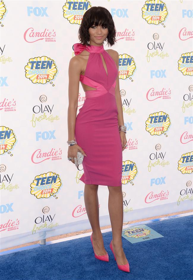 """Disney Channel'ın sevilen oyuncusu Zendaya Coleman, mavi halıda bu yıl yüzü olduğu Material Girl markasının sırt dekolteli, boyundan bağlamalı, kalem model elbisesi ile boy gösterdi. 17 yaşındaki genç şarkıcı/oyuncu gecede """"En İyi Stil İkonu"""" ödülünü kazandı."""