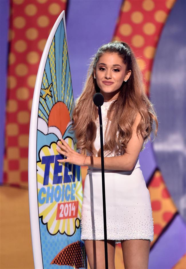 """20 Ağustos'ta """"My Everything"""" ismini verdiği 2. stüdyo albümünü hayranları ile buluşturmaya hazırlanan 21 yaşındaki genç şarkıcı/oyuncu Ariana Grande, törene Georges Chakra Couture tasarımı mini bir beyaz elbise ile katıldı. Gecede """"En İyi Kadın Sanatçı"""" ve Problem teklisi """"En İyi Tekli"""" ödülünü kazandı."""