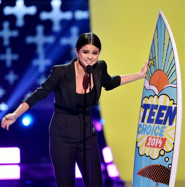"""Selena Gomez, mavi halıda  Saint Laurent tasarımı şık siyah tulumu ile boy gösterdi. 22 yaşındaki genç yıldız, törende """"En Seksi Kadın"""" ödülüne layık görüldü."""