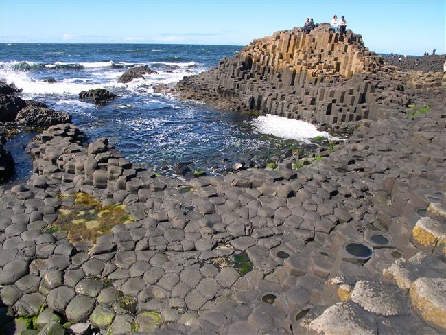 Geometrik kaya sahilleri  Kim demiş sahil olması için kuma ihtiyaç var diye? Irlanda'da Giants Causeway' sahilinde bulunan bu koca kayalar, lavaların katılaşması sonucu oluşmuş, antik bazalt taşlarıyla karşımıza çıkıyor.