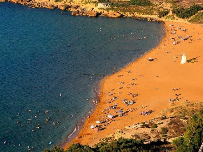 Turuncu kum sahileri  Bulunması çok nadir olsa da, imkansız değil. Demir oranının yüksek olduğu, volkanik kayaların rengini bastırdığı yerlerde, yani Malta Adasının Ramla Körfezi'nde, bu parlak turuncu göz alıcı sahil ortaya çıkıyor.