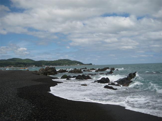 Siyah kum sahilleri  Mükemmel, sıradışı ve bir nedenden dolayı birazcık da ürkütücü. Aşınmış lavlar ve volkanik kayaların oluşturduğu bu siyah kumlar konsantre siyah renkleriyle, oldukça ilgi çekici ve dediğimiz gibi, birazcık ürkütücü.