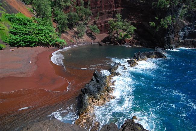 Kırmızı kum sahilleri  Volkanik kayalar ve geniş demir yatakları okyanusun kemirme gücüyle birleşince, kırmızı kum sahilleri doğuyor. Dünyada başlı başına 3 büyük kırmızı kum sahili var, Kokkini - Yunanistan, Kaihalulu - Hawai, ve Rabida - Galapagos Adaları.