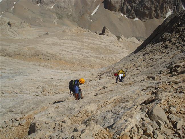 Demirkazık Tırmanışı  Demirkazık, barındırdığı farklı rotalarıyla yerli ve yabancı dağcıların en çok uğradığı zirvelerin başında geliyor. Demirkazık zirvesi önceden 3 bin 756 metreyle Aladağların en yüksek zirvesi iken yapılan ölçümler sonucunda en yüksek zirve unvanı 3 bin 767 metre ile Kızılkaya'ya geçmiştir. Ağrı Dağı ve Süphan Dağı'nın aksine Demirkazık, iyi bir dağcılık deneyimi olmayanlar için yaşamsal risk taşımaktadır.
