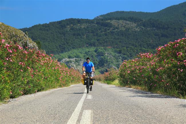 Bisikletle Gökova  Bisikletle Ege kıyılarında gezmek, köylerde ve sahillerde konaklamak, denize yüksekten bakmak, ormanlarında kaybolmak, dalgaları dinleyerek uyumak... Gökova Körfezi'nde yaşanacak bir maceranın kazanımları bunlar. Bodrum'dan yola çıkıp Kızılağaç köyü, Yalıçiftliği, Hurmanlık ve Çökertme bisikletle gezerken yorgunluğun atılacağı dinlenme yerleridir. Bunların dışında Sedir Adası'na, Çamlık İskelesi'ne ve Ayın Koyu'na günübirlik geziler de yapılabilir.