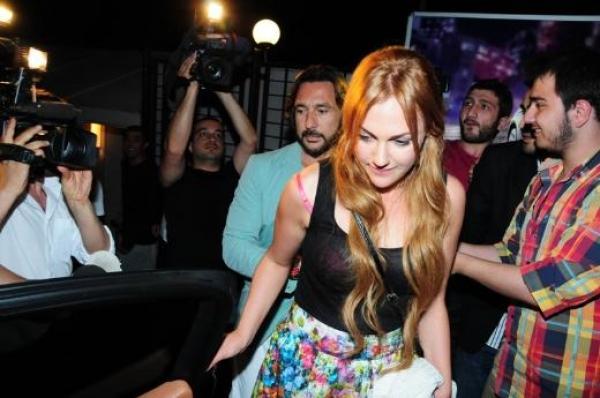 """Can Ateş Meryem Uzerli'ye """"İstanbul'da birlikte oturalım. Lara aile ortamında büyüsün"""" diye bir öneri götürdü."""