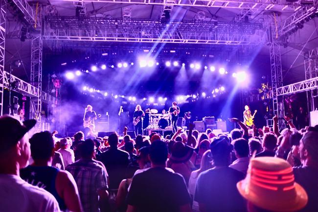 Coachella Festivali, California  Coachella'da her yıl müzik dünyasının en büyük isimleri bir araya gelmekle kalmıyor; aynı zamanda Hollywood'un da ünlü simaları bu festivalde boy gösteriyor. Hem ünlüleri görmek hem de müzik keyfi yapmak isteyenler için kaçırılmayacak bir etkinlik.