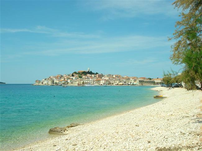 Primosten  Akdeniz'deki muhteşem tatil yörelerinden biri olan Hırvatistan'ın Dalmaçya sahilleri, son yıllarda adeta turist akınına uğruyor. Dubrovnik ve Trogir gibi tarihi kasabalarla beraber Primosten kumsalı da Hırvatisan'ın en çok turist çeken sahillerinden.
