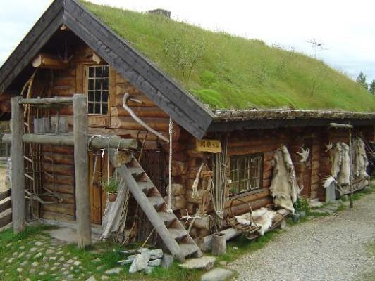 Husky Çiftliğinde Hostel, Norveç  Norveç'te, Kuzey kutup dairesine yakın, Karasjohka nehrinin yanında kurulu, tamamen ahşaptan dizayn edilmiş Hostel Karasjok kuzey ışıklarını izlemek için harika bir konuma sahip. Hostel Karasjok kuzey ışıklarını izlemenin dışında bir çok ilginç aktivite için de ev sahipliği yapmakta. Yıl boyu katılım yapabileceğiniz yavru ve yetişkin köpek eğitim workshopları ile bir çok aileyi ve hayvanseveri kendisine çekmeyi başaran Hostel Karasjok oldukça özel bir deneyim sunmakta.