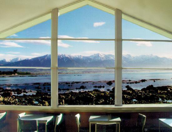 Plaj Hostel, Yeni Zelanda  Deniz kıyısına yakın yerlerde seyahat ederken plajlara yakın yerlerde mutlaka konaklamışsınızdır. Peki ya Güney Pasifik Okyanusu'nun tam önünde hatta dalgaların erişebileceği kadar yakınında bulunan bir hostelde konaklamaya ne dersiniz? Okyanusun tertemiz havası ile güne başlamak, geceleri dalgaların sesi ile uyuyakalmak oldukça rahatlatıcı olacaktır. Yeni Zelanda'da bulunan Kaikoura YHA Hostel camdan duvarları ile ziyaretçilerine harika manzaraya sahip odalar sunmakta. Plajda yürüyüşe çıkanlar kürklü fok balığı sürüleri ile karşılaşabilirler veya yakınlarda hizmet veren okyanus turlarına katılabilirler.
