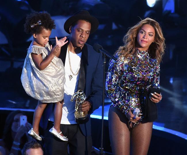 Michael Jackson Video Vanguard Ödülü'nün bu yılki sahibi olan Beyoncé, ödülünü eşi Jay-Z'in elinden aldı.   Eşine sürpriz yapan ünlü rapçi Jay-Z kızları Ivy Blue ile mini bir konser veren Beyoncé'ye eşlik etti. Dünyaca ünlü şarkıcı bu sürpriz karşısında gözyaşlarına hakim olamadı.