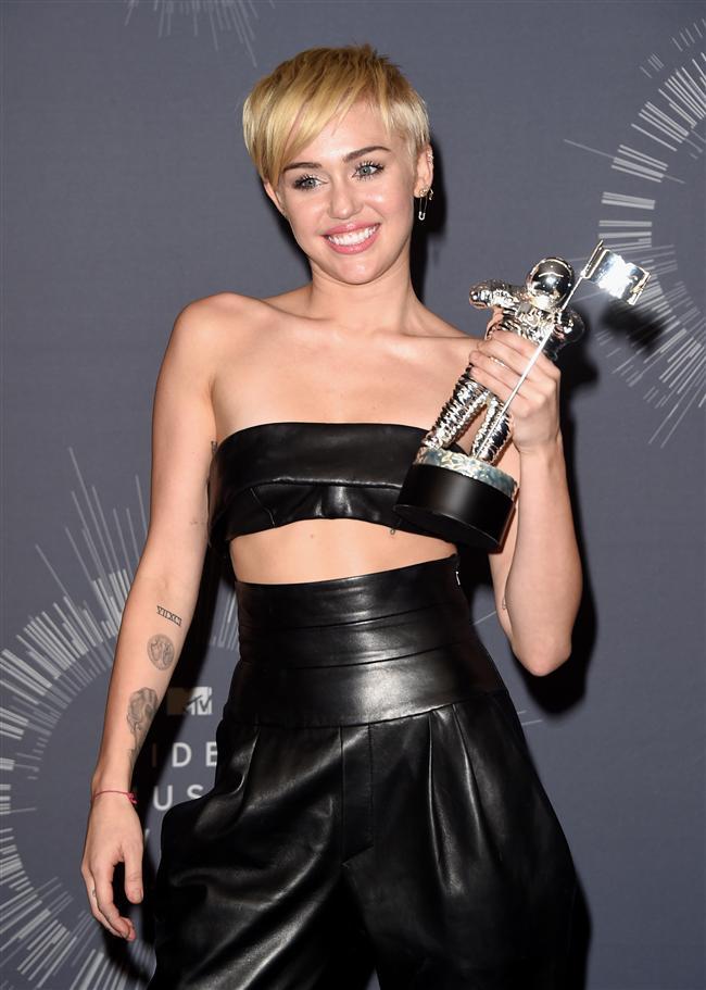 2014 MTV Video Müzik Ödülleri, Pazar gecesi California eyaletine bağlı Inglewood kentindeki 'Forum' gösteri merkezinde düzenlenen törenle sahiplerini buldu...  Geçen yıl MTV Müzik Ödülleri töreninde Robin Thicke ile birlikte yaptığı seksi dansla eleştiri konusu olan Miley Cyrus bu yılki törene de damgasını vurdu. Ama tamemen başka bir şekilde...