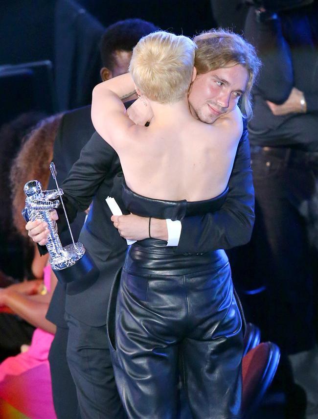 'Wrecking Ball' şarkısının video klibiyle Yılın Videosu dalında ödül kazanan Cyrus, plaketini almaya Jesse adında bir evsiz genç adamı sahneye gönderdi.   Cyrus, Jesse adındaki bu evsiz genci bu tür insanlara yardım elini uzatan My Friend's Place adlı vakfa yapılan yardımları çoğaltmak amacıyla geceye davet etti.