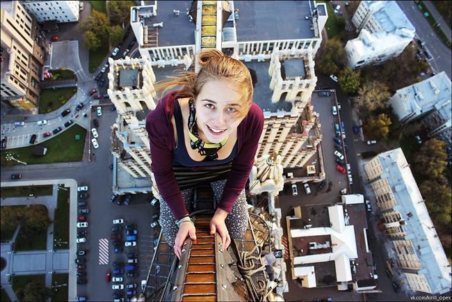 Yükseklik Korkusu  Arkadaşlarını etkilemek için yaklaşık 9 metre yükseklikten selfie çeken Xenia Ignatyeva, bu selfie'yi çektikten hemen sonra dengesini kaybederek düşmüş ve hayatını kaybetmiş. (Fotoğraf temsilidir)