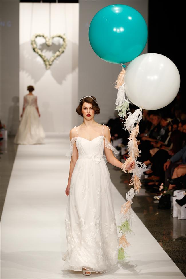 Sizler de düğününüz için gelinlik modellerini inceliyor ve bir türlü karar veremiyorsanız galerimize göz attıktan sonra seçiminizi yapmanızda fayda var...