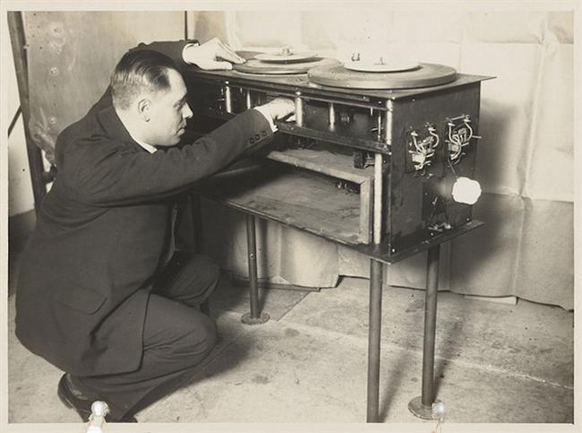 Loetafoon (Hollanda 1929)  Bir film projektörüne bağlı çalışan bu alet, sinemanın henüz sessiz olduğu dönemlerde filmle senkronik müzik çalabilmek için geliştirilmiş. Üç pikap içeren alet sesli sinemayla kullanım alanını kaybetti.