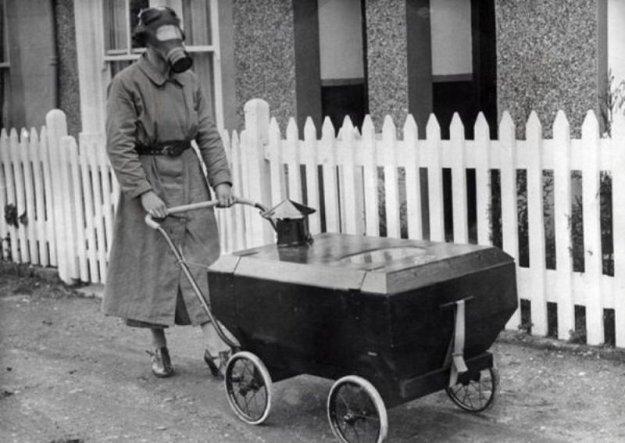 Koruyucu Bebek Arabası (İngiltere 1938)  Paylaşım Savaşlarında kullanılan gazların yarattığı panik ebeveynleri bebeklerini korumak içgüdüsüyle bu tür deneysel icatlara sürüklüyordu. Henüz gaz maskesi kullanamayacak kadar küçük bebekleri için geliştirilen bebek arabası savaş paniği geçince unutulmuştur.