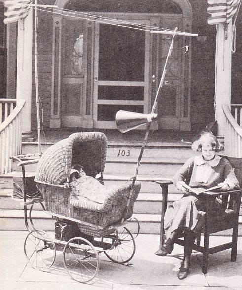 Radyolu Bebek Arabası (ABD 1921)  Bebeklerinden bezen ebeveynler için düşünülmüş ama belli ki bebekleri pek de rahata ettirememiş bir icat!