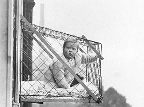 Bebek Pencere Kafesi (1922)  Yerinden kıpırdayamayan üşengeç ebeveynin; bebeğinin güneş görmesi, hava alabilmesi için icat edilen saçma bir icat. Neyse ki yaygınlaşmamış.