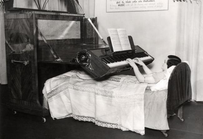 Yatak Piyanosu (İngiltere 1935)  Yattığı yerden piyano çalacak kadar zevkine düşkün üşengeçler için birebir!