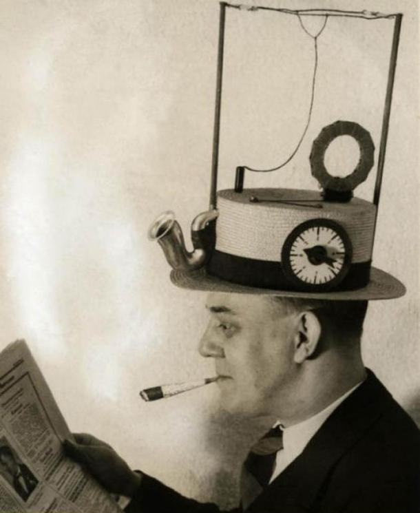 Şapkalı Radyo Yada Radyolu Şapka (ABD 1931)  Ancak bir Amerikalının aklına gelebilecek bir başka icat. Gerçi Japon müdendisliği Walkman ile her türlü yarışı ele geçirecektir.