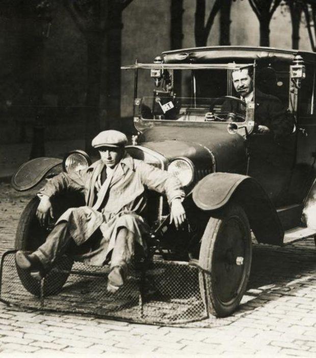 Araba Önü Yaya Süpürgeci (Fransa 1924)  Trafikte önüne çıkan yayaları ezmemek için arabanı önüne süpürgeç yerleştirmeyi akıl eden mucidin adı ne yazık ki bulunamadı. Aslında unutulmaması gereken bir isim olmalıydı.