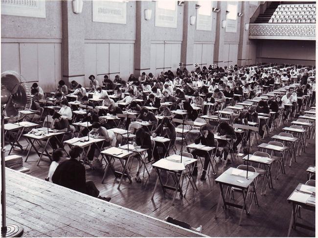 Sınava Girmek  Genel olarak mükemmeliyetçi kişilerin rüyalarında karşılaştıkları bir durum. Rüya kişiye her an tetikte olması gerektiğinin uyarısı niteliğinde. Özellikle yetişkinlerde kişinin kendini baskı altında hissedebileceği okul ve iş arasında bir bağ kurduğu ve bu nedenle işteki stresi simgelediği düşünülüyor.