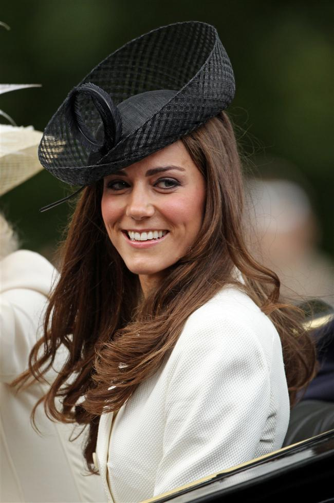 Nisan 2011'de Prens William`la evlenen Kate Middleton, pek çok genç kızın hayali olan peri masalının gerçek prensesi olmuştu. Prens William`la ilişkisinin başladığı yıllardan bu yana stilinde büyük bir değişim yaşayan Kate, Düşes olduğu günlerden bu yana ise her yaptığı, giydiği dikkatle izlenen bir stil ikonuna dönüştü...