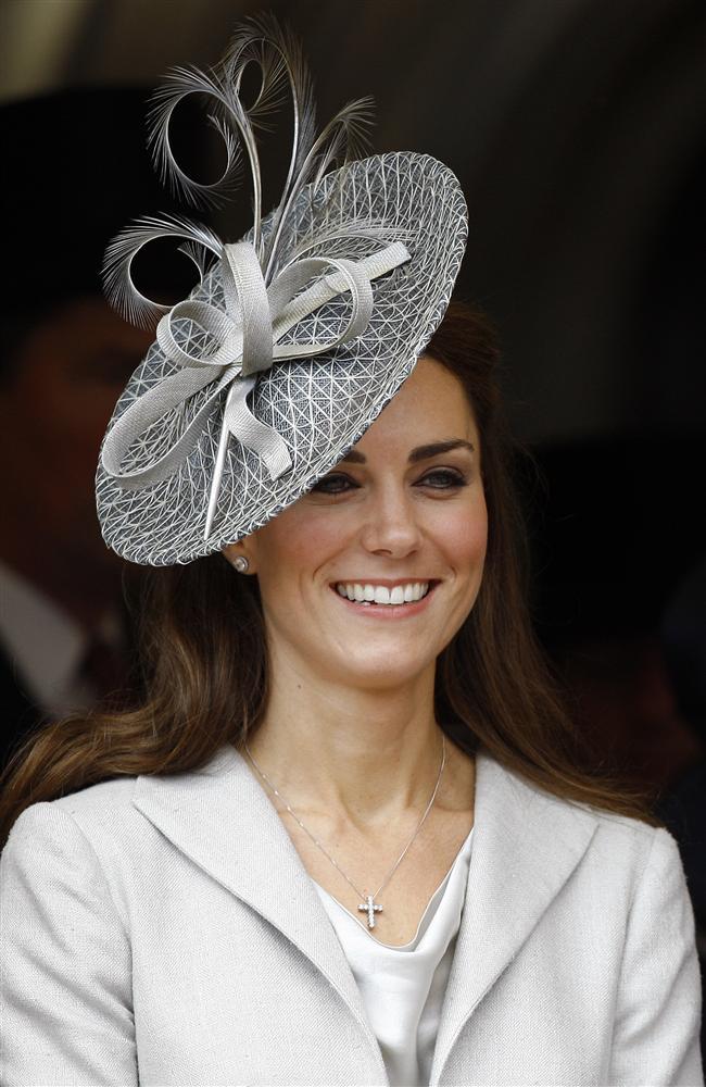 Kate Middleton'ın zarif ve ilham verici stilinin en önemli parçalarından biri ise hiç şüphesiz kusursuz şekilde kullandığı şapkaları…