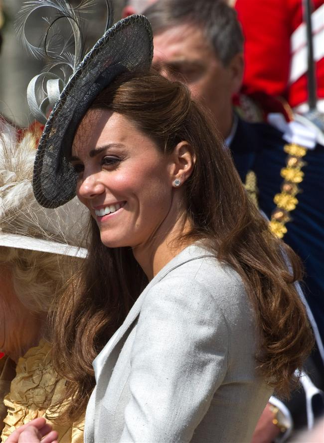 Middleton, stilini tamamlarken kullandığı en önemli aksesuarlardan olan şapkalarının kıyafetleriyle olan uyumuyla her daim moda polislerinden övgü topluyor. Palto ve elbiseleriyle başarıyla kombinlediği şapkalarıyla Kate, moda dünyasının bu aksesuarı en iyi kullanan isimlerinden de biri...