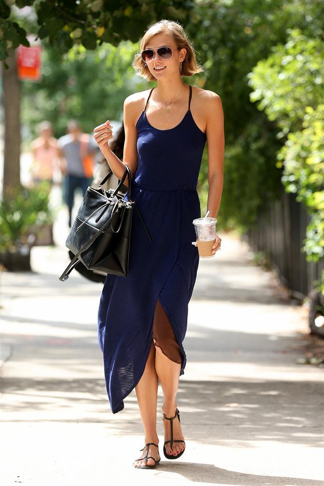 """Bu hafta """"Kim Ne Giydi?"""" bölümünde Amerikalı model Karlie Kloss'u ele aldık. 22 yaşındaki ünlü model yürüyüşe çıktığı için sıradan bir stili tercih etmiş olsa da, koyu mavi elbisesi ile çarpıcı görünüyor. Son anda çıkabilecek davetlerin olduğu günlerde, kombinlerinizde mavi tonlarını tercih edebilirsiniz. Böylece çok abartılı ya da çok sade görünmeyerek, ortama hemen uyum sağlayabilirsiniz. Dilerseniz Karlie Kloss'un üzerindeki kıyafet ve aksesuarları satın alarak siz de aynı stili yakalayabilirsiniz. Sizin için seçtiğimiz parçalara bir göz atın..."""