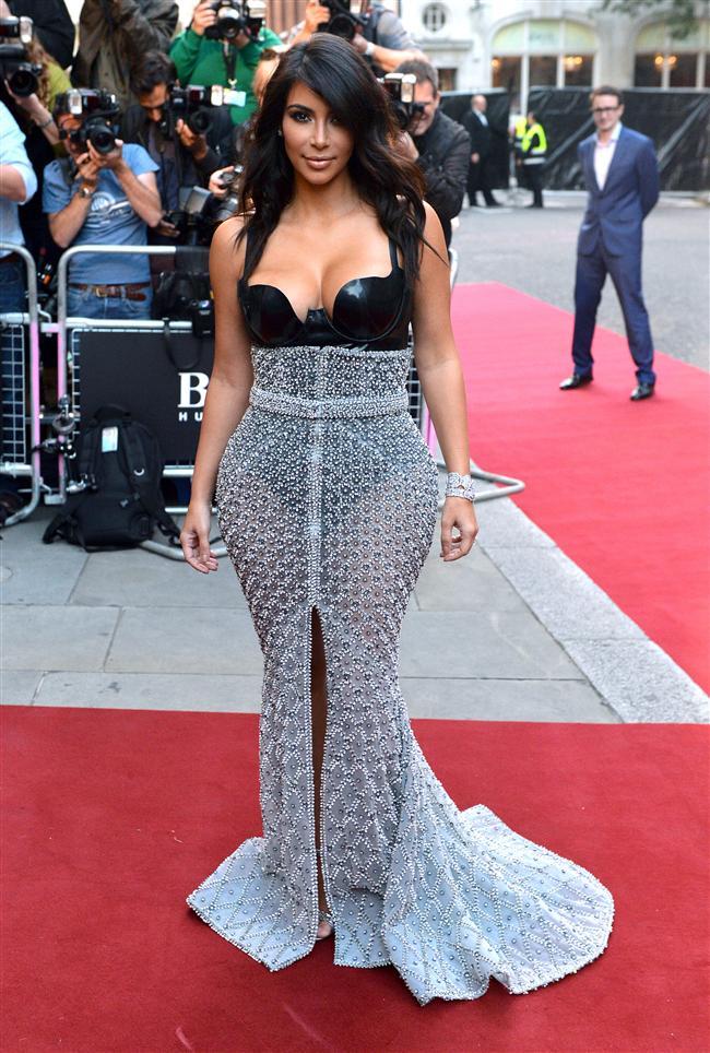 Derin dekolteler, transparan ve dantel elbiseler törenin en dikkat çekici ayrıntıları oldu.   Kim Kardashian