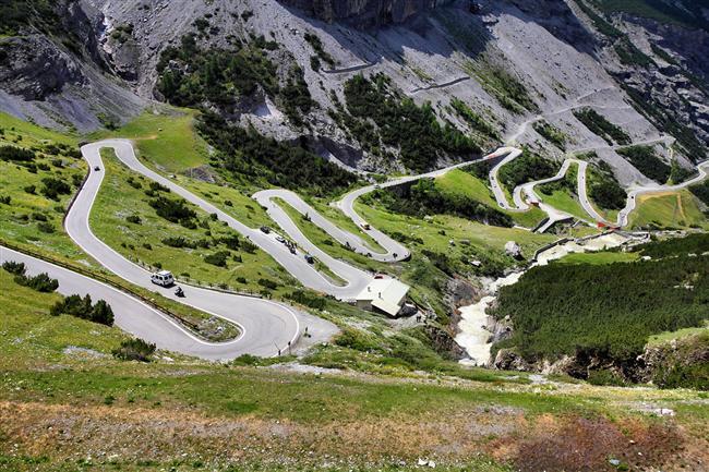 Stelvio Geçidi, İtalya  Doğu İtalyan Alpleri'nin en yüksek dağında yer alan bu geçit, sık dönemeçli yollarıyla motosiklet ve bisiklet hayranlarının dikkatini çekiyor.