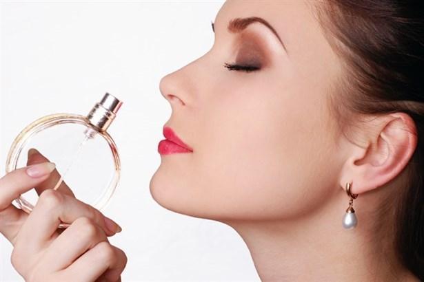 6. Tutku dolu kokunuzla baştan çıkarın!  Güzelliğine önem verenlerin, en çok dikkat ettiği noktalardanbiridir güzel kokmak. Hatırlatalım; uzmanlar, parfümün en ideal sürülme zamanının duş sonrası olduğunu belirtiyorlar. Hızlı kan dolaşımı dolayısıyla oluşan vücut ısısı, kokunun cilde daha kalıcı bir şekilde alınmasını sağlıyor ve aromasının değişmesini önlüyor. Sıcak ve şehvet uyandırıcı esansların karışımı misk ve gül kokusuna sahip  Seductive Musk EdT ile baş döndürebilirsiniz. Şu yöntemi de unutmamak gerek; kokuyu önce havaya sıkıp, ardından oluşan koku bulutunun altında durun!