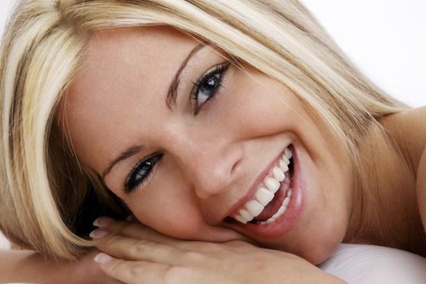 4. Bembeyaz dişlerle gülümseyin!  Temiz ve beyaz dişler, kişisel bakımınızın en önemli göstergelerinden biridir.Bu yüzden güzel görünmenin önemli bir ipucu da ağız ve diş bakımından geçer.  Oriflame Optifresh  serisi ile diş bakımınızı yaparak dişlerinizi doğal beyazlığına kavuşturabilirsiniz. Güne ferah ve pırıl pırıl dişlerle başlayın!