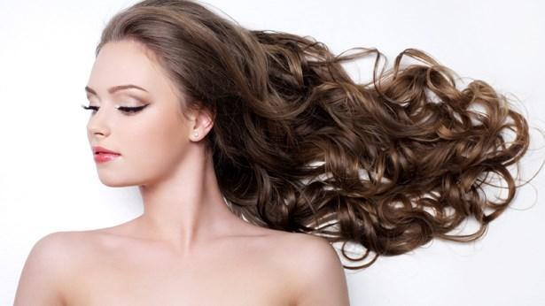 2. Canlanmış saçlarınızla göz doldurun!  Tatil sonrasında denizin saçlarınıza verdiği zararları her yaz yaşıyorsunuz...biliyoruz. Bunun en belirgin olanı nem kaybından dolayı meydana gelen kuruluktur. Klor ve denizin yıprattığı, rengini matlaştırdığı saçların yeniden eski görünümlerini kazanmaları zor değil. Nemlendirici özelliğe sahip  Oriflame Nature Hindistan Cevizli Bakım Yağı  ile kuru ve yıpranmış saçlarınızı onararak canlandırabilirsiniz. Bakım yağını sürdükten sonra sıkı bir topuz yapın. Tam evden çıkarken açın ve elinizle kolayca şekil verin.