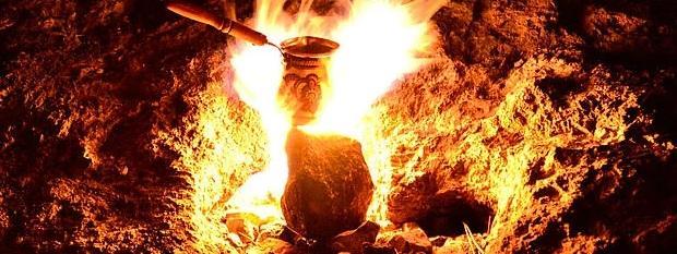 Yanartaş (Khimaira)  Gündüz saatlerinde belli belirsiz olan alevleri akşam saatlerinde izlemek daha etkileyici olmaktadır. Ören yeri girişinden yaklaşık 20 dakikalık yürüyüşten sonra bu yanar taşların olduğu tepeye ulaşılmaktadır.