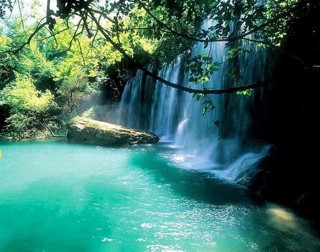 Kurşunlu Şelalesi  Akdeniz Bölgesinde Antalya ili merkez ilçesi sınırları içerisindedir.Tabiat Parkı Antalya'dan 22 km. uzaklıktadır. Parka Antalya-Aksu karayolunun Soğucaksu köprüsünden kuzey istikametine ayrılan 8 km.lik bir yol ile ulaşılır.