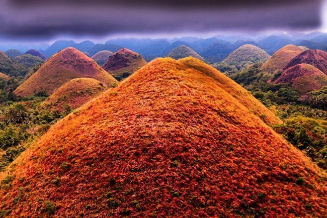 Çikolata Tepeleri (Chocolate Hills)-Filipinler  50 km alanı kapsayan bu yer Filipinler'de bulunmaktadır. Tahmin edeceğinizin aksine, burada çikolata yoktur, sadece kuraklık döneminde bu tepeler çikolata kıvamında kahverengi rengini almaktadır.  Bu yer Bohol eyaletinin bayrağında da tasvir edilmiştir.