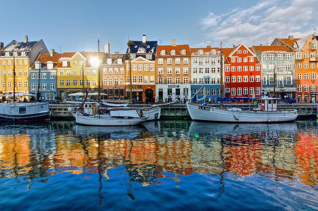 Kopenhag  Danimarka'nın başkenti kıtanın en temiz ve güvenli şehirlerinden biri olarak biliniyor. Şehir sular ile çevrili olduğundan kanalda güzel bir gezinti yapılabilir. Şehrin en çok tercih edilen yerlerinden biri de Tivoli Bahçeleri. Bunun dışında gelmişken Hans Christian Anderson heykelini görebilir ve büyülü Rosenborg Slot Kalesini ziyaret edebilirsiniz. Birçok muhteşem müzeye, olağanüstü saraylara ve şok edici güzellikte manzaralara sahip olduğunu da eklemek gerek.