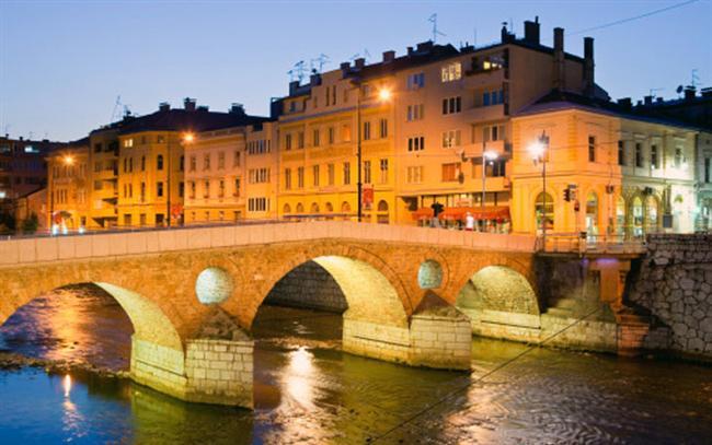 Saraybosna  Saraybosna çok zor zamanlardan geçti ama ayakta kaldı ve şimdi Avrupa'nın en eşsiz şehirlerinden biri. Başçarşı'yı ziyaret edebilir yada Ulusal Kütüphaneyi gezebilirsiniz. Romeo ve Jülyet köprüsü, Saraybosna Tarih Müzesi ve etkileyici camileri ziyaret etmek dışında ne yaparsanız yapın Saraybosna her şekilde eşsiz bir deneyim yaşatacaktır.  Vizesiz ülkeler arasında yer alan Bosna-Hersek'i ziyaret edin.
